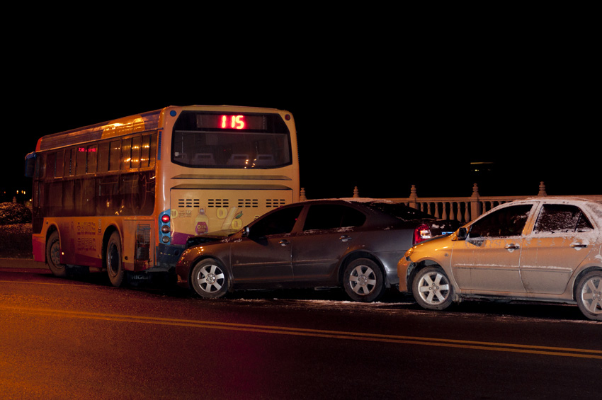 影湖桥路段发生汽车追尾事故高清图片