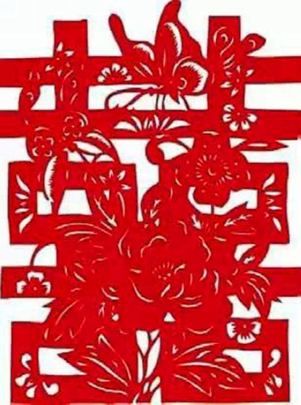 中国结是人们日常生活中不可或缺的装饰品   中国结与祥云   2008年北京奥运会,让两个传统吉祥符号重新流行起来,一个是中国结,另一个是祥云。   中国结的起源应该算所有吉祥符号中最早的。早在山顶洞人时期,人类就学会了用骨针和线缝制衣服,在缝衣服的过程中,总会有几个心灵手巧的用线结成与众不同的样式,成为最早的艺术品。   后来到了结绳记事时期,在记事的时候,也总会有一些人不光看中绳结的实用性,也开拓了它的艺术性。因此,当结绳记事渐渐被文字取代之后,绳结并没有就此退出历史舞台,而是以简单大方的艺术风格,成